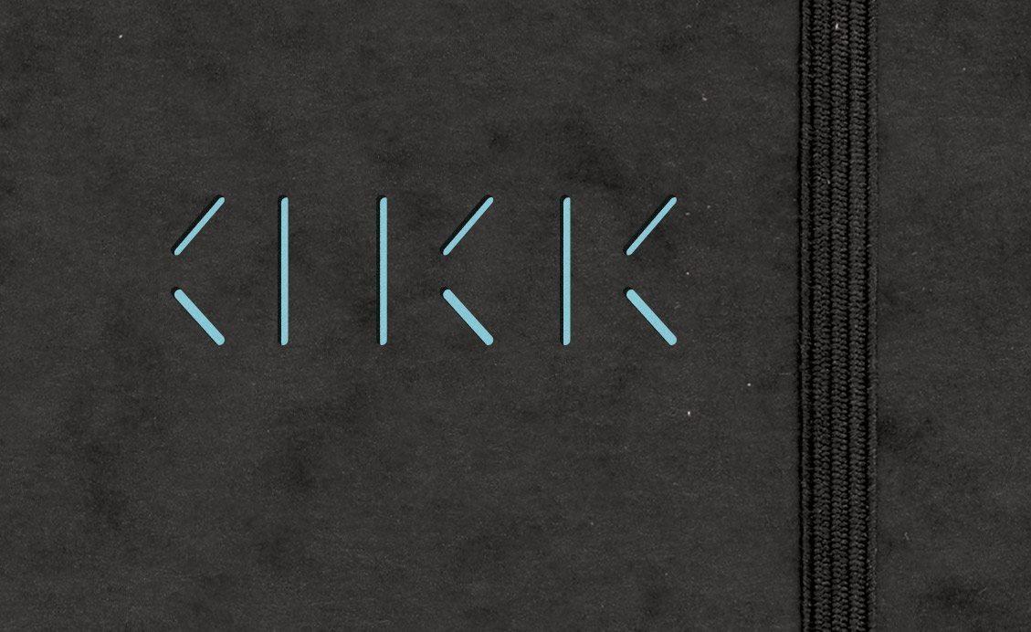 Détail d'une chemise d'Annabel Karim Kassar, découpe faisant apparaitre le bleu de la carte de visite situé à l'intérieur de la chemise, design Ich&Kar.