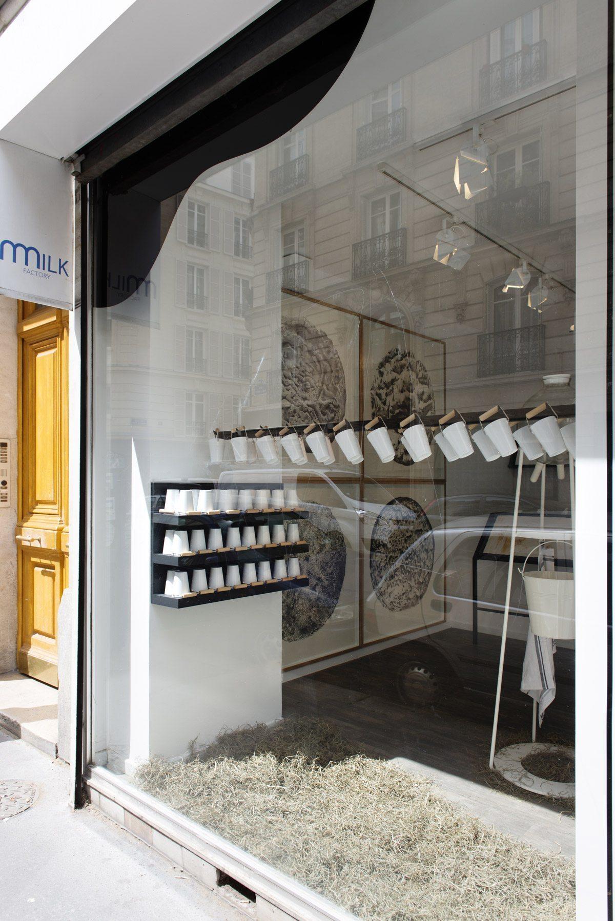 Vitrine de la galerie de la Milk Factory avec le projet des 5.5 designers.