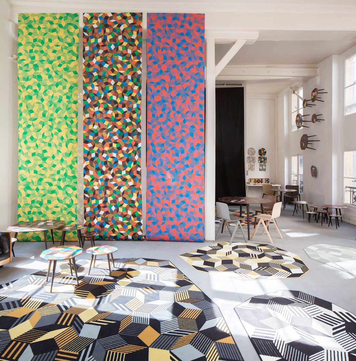 Exposition Penrose Project, Ich&Kar - Bazartherapy, Paris Design Week 2015, installation monumental de papiers peints aux motifs géométriques et tapis graphique aux contours irréguliers, restaurant Le Derrière