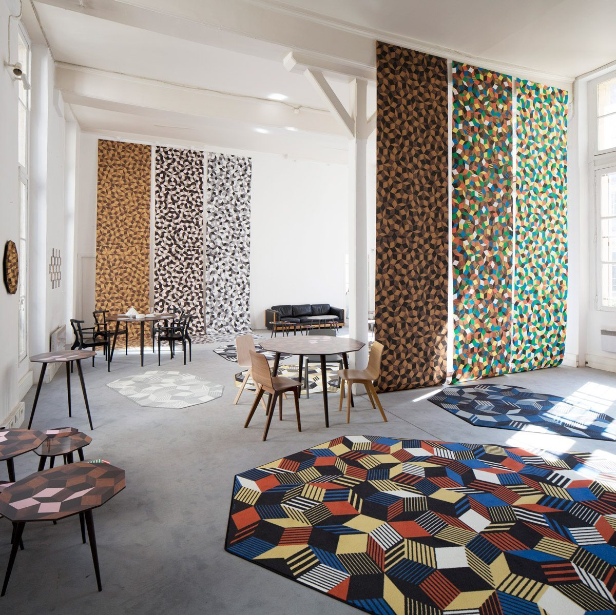 Exposition Penrose Project, Ich&Kar - Bazartherapy, Paris Design Week 2015, tables et tapis aux motifs géométriques, installation vertigineuse de papiers peints