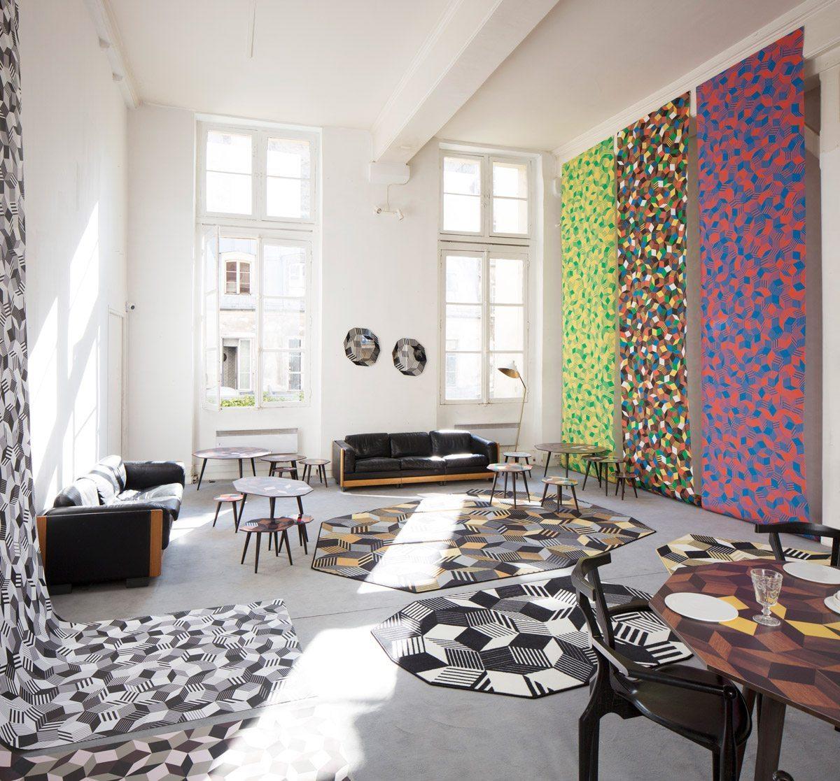 Exposition Penrose Project, Ich&Kar - Bazartherapy, Paris Design Week 2015, installation monumental de papiers peints, tables et tapis design aux motifs géométriques, restaurant Le Derrière