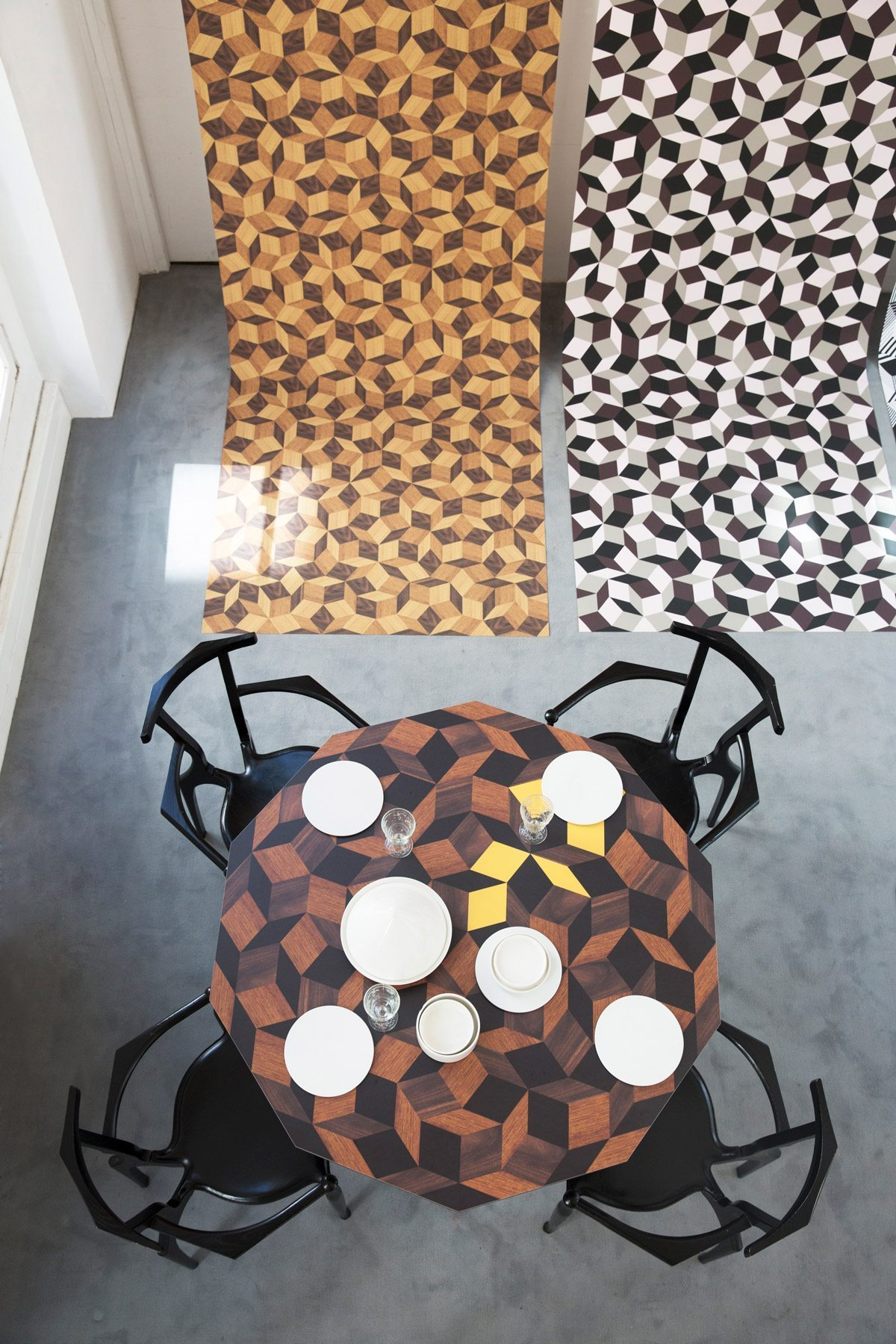 Exposition Penrose Project, Ich&Kar - Bazartherapy, Paris Design Week 2015, table à manger Summer Wood au motif géométrique, restaurant Le Derrière