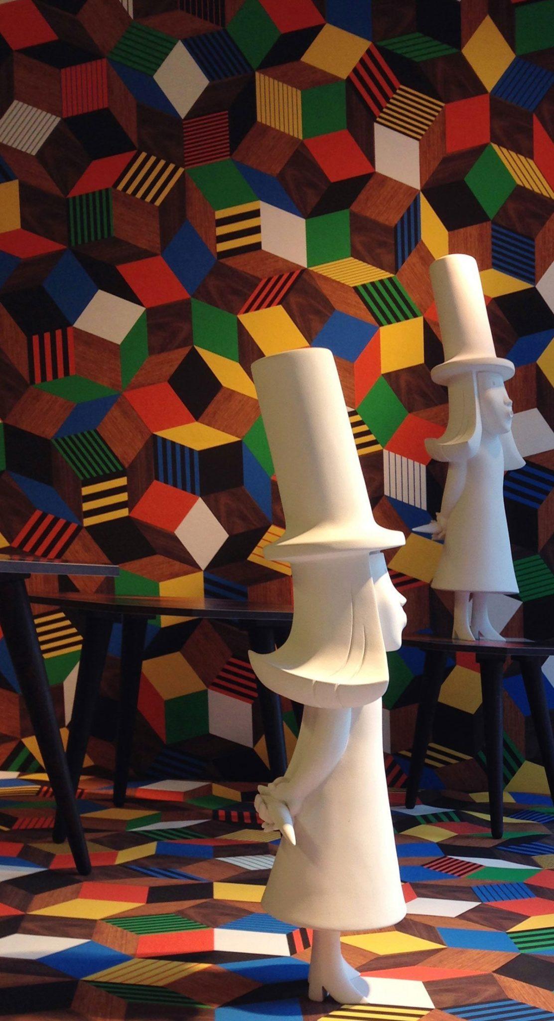 Pop up Penrose Project au 107 Rivoli, papier peint Penrose Crazy Wood et la fille de Monsieur Chapeau d'Ich&Kar