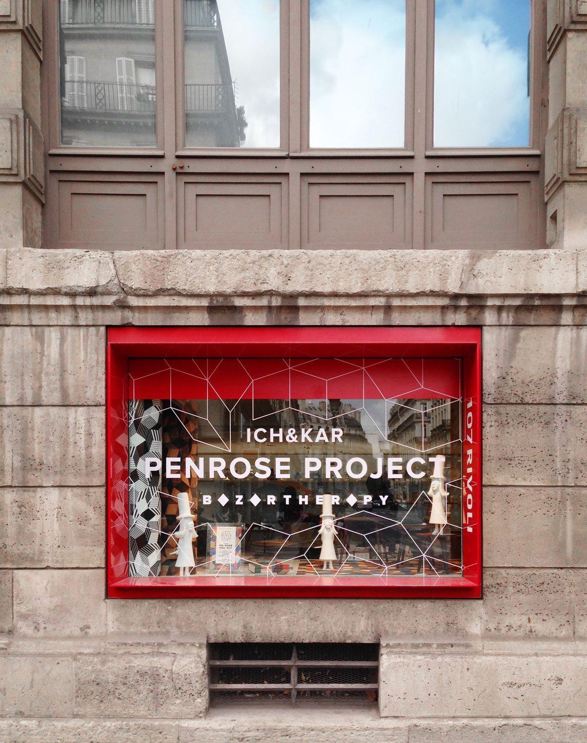 Vitrine du Penrose Project au 107 Rivoli, boutique du musée des arts décoratifs, fruit du partenariat entre Ich&Kar et Bazartherapy