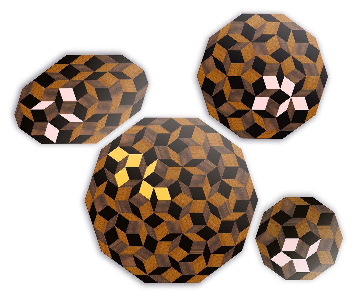 Tables basse, guéridon et table à manger Penrose Springwood et Summerwood, motif géométrique, marqueterie de bois avec éclat rose poudré ou jaune, édition Bazartherapy