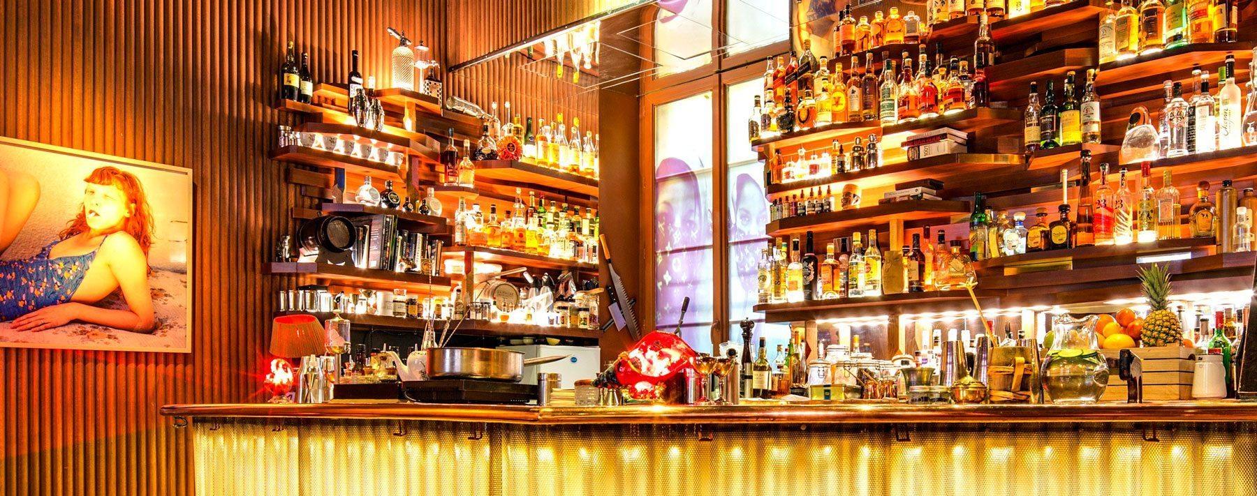 Andy Wahloo les grandes étagères surplombant le bar accueillent l'une des plus belles collections de spiritueux à Paris, près d'une centaine de références de Whiskies, une top selection de gin etc…