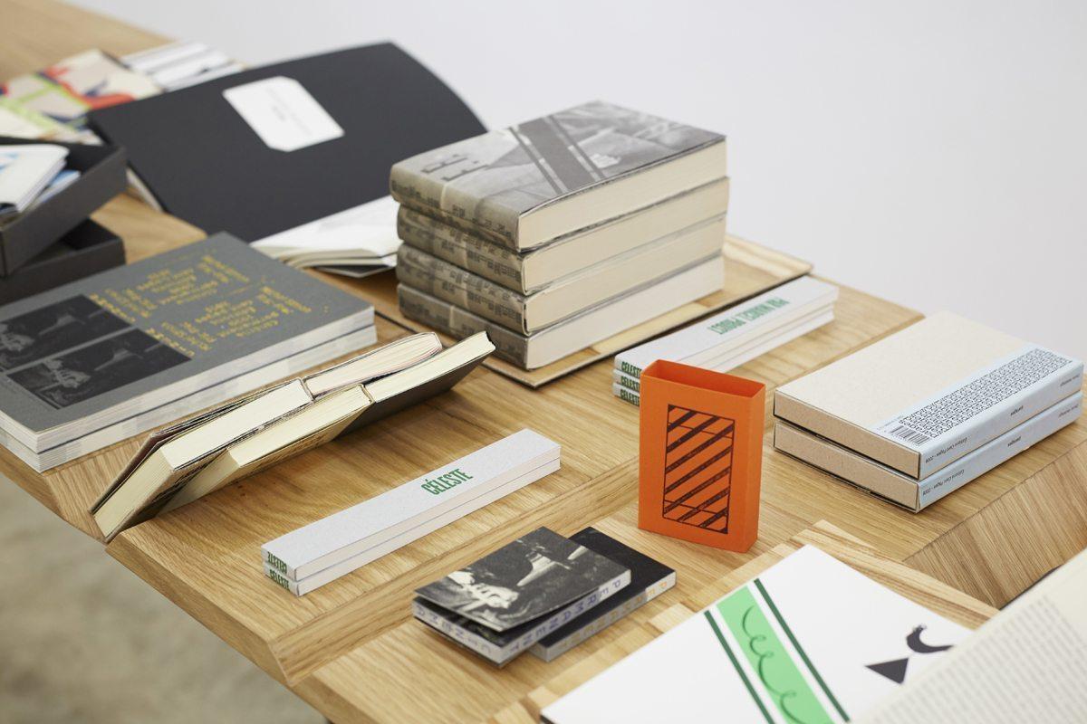 livres des éditions cent pages sur la table d'exposition de guillaume buzin aux d'days au pop-up store vivre design à la galerie joseph avec la carte touche du bois