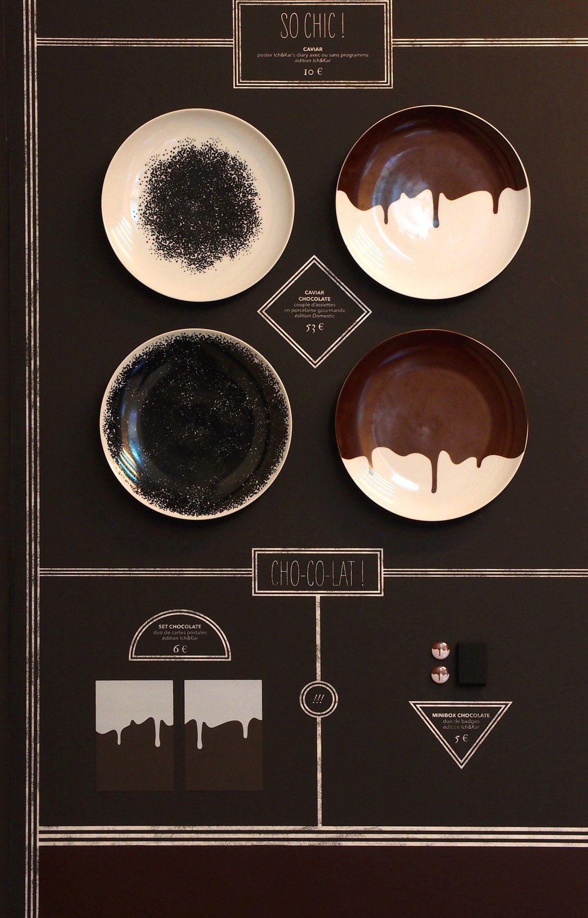 Les assiettes caviar et chocolate accrochées au mur dans la galerie SometineStudio, scénographie IchetKar