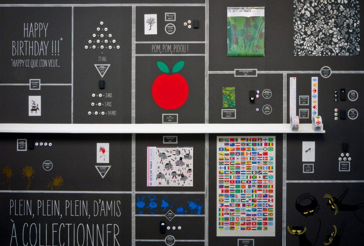 La scenographie d'IchetKar à la galerie SometimeStudio, papiers peints à case pour y mettre les produit dans toute la pièce