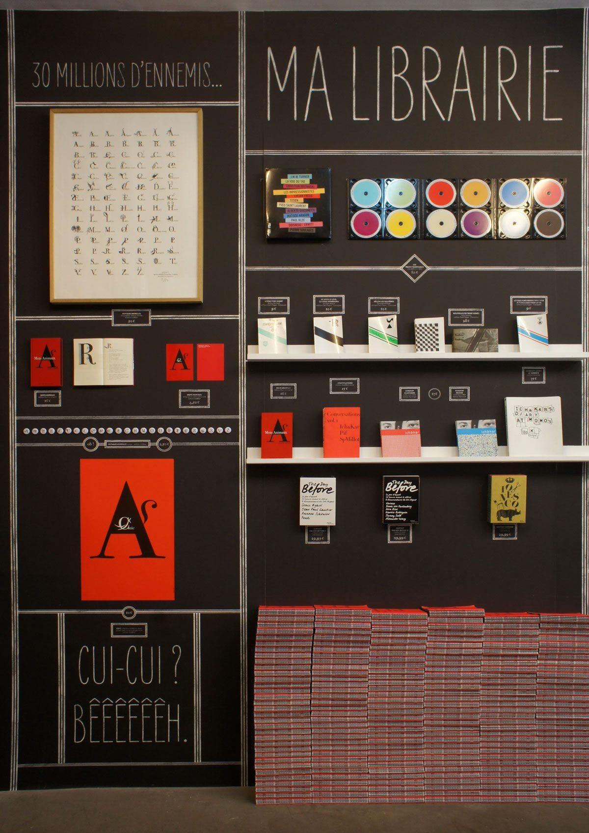 Le papier peint avec mots animaux, poster, badges, livres, une création IchetKar