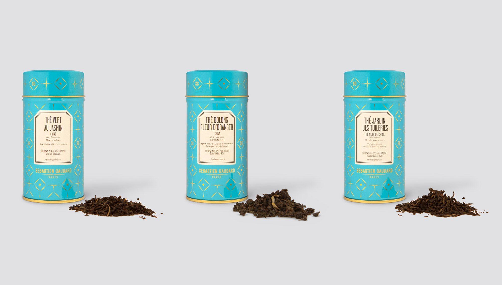 boîte à thé bleu, rétro, avec les initiales, du salon de thé pâtisserie de sébastien gaudard dessinée par ichetkar
