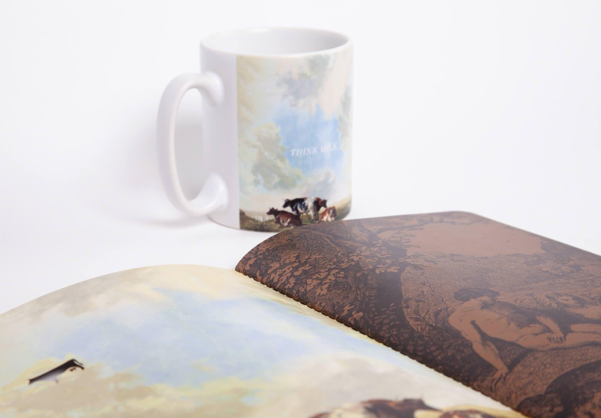 Gros plan du carnet et du mug think milk pour la milk factory, un kit de branding luxueux par le studio Ich&Kar