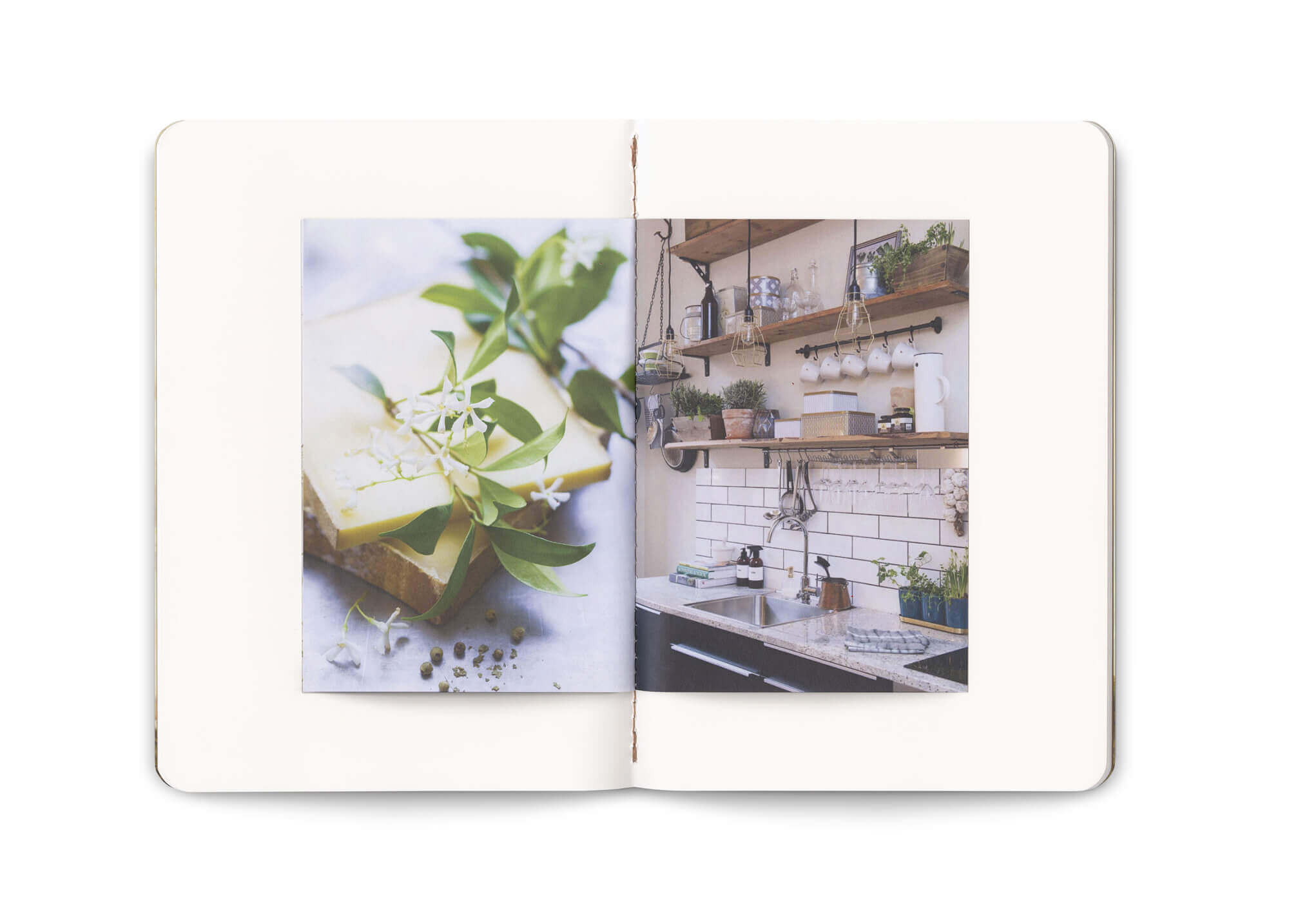 une double page du carnet think milk, un cadeau influenceur, avec des photographies au teintes naturelles. direction artistique Ich&kar.