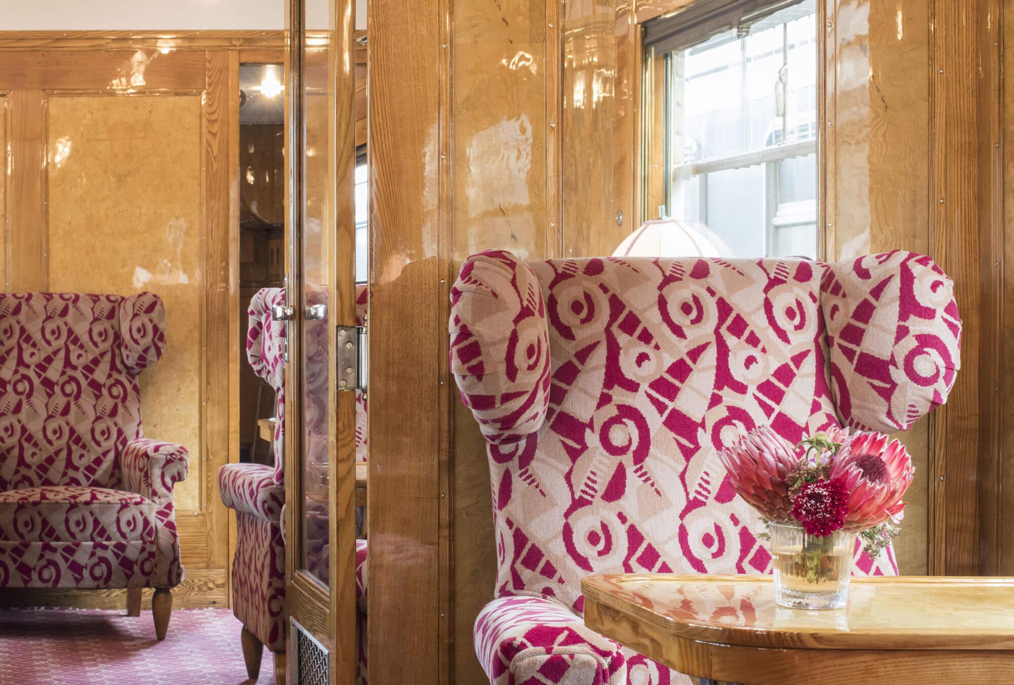 intérieur du train orient express, motif des années 20 dessiné par le designer Art déco René Prou