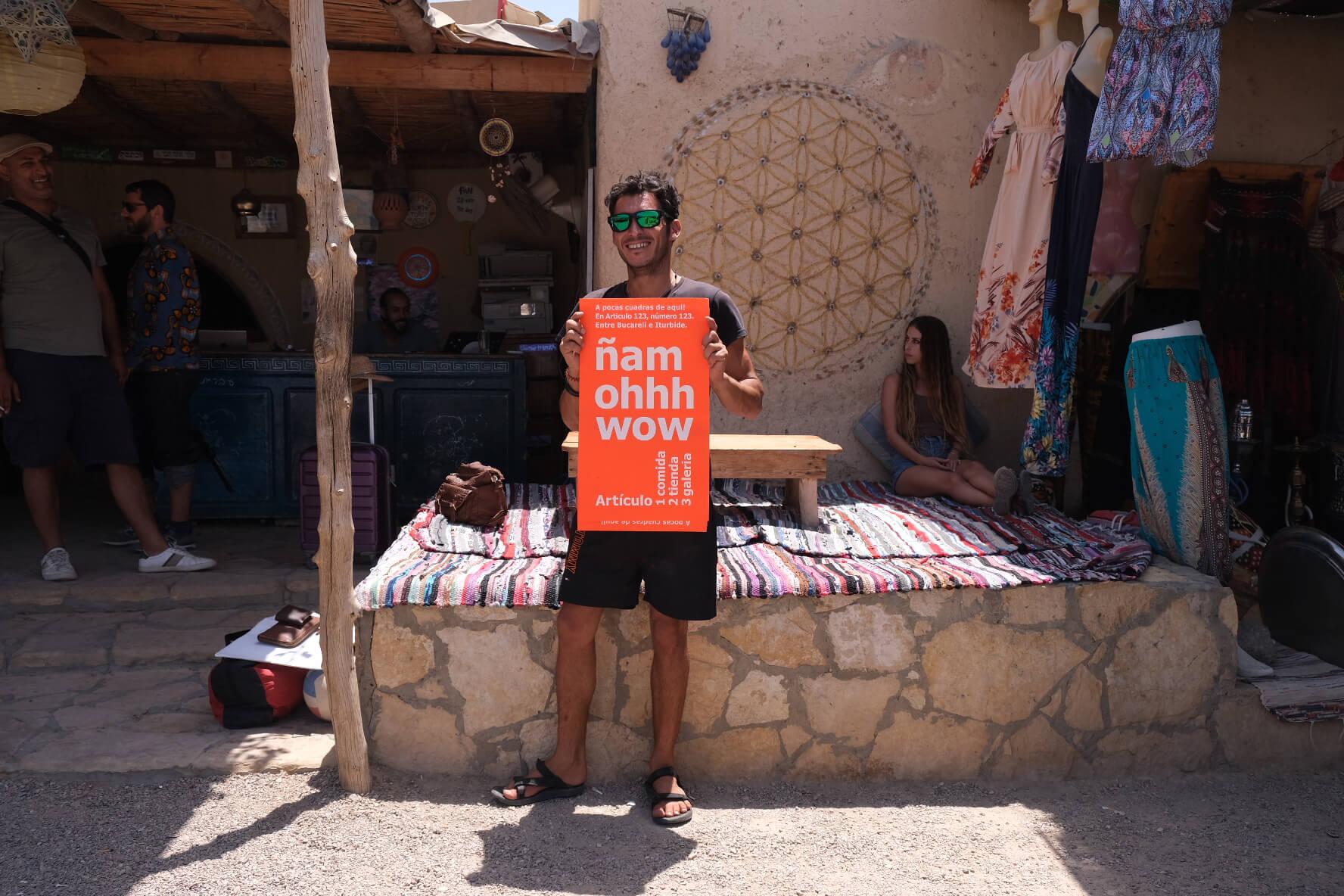 photo d'un homme tenant le poster identitaire, dessiné par Ich&kar pour la boutique articulo123