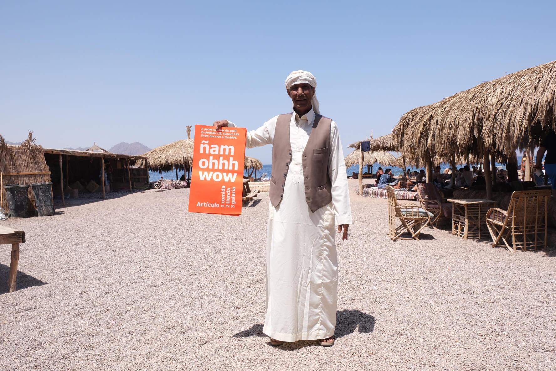 les posters fluos de l'identité articulo123, font le tour du monde, en passant par le maroc