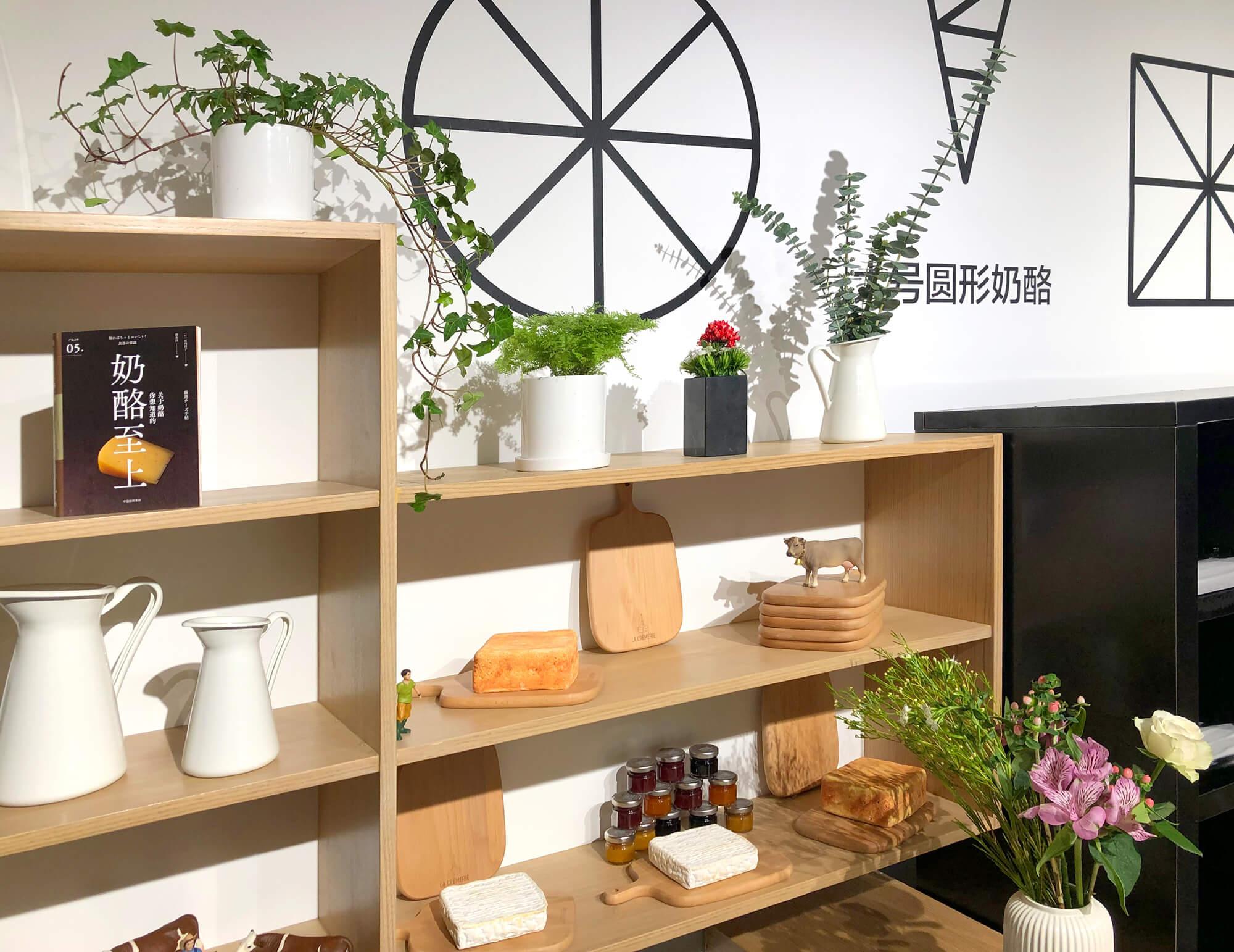 La décoration florale des étagères de la crèmerie, le concept store chinois design ichetkar