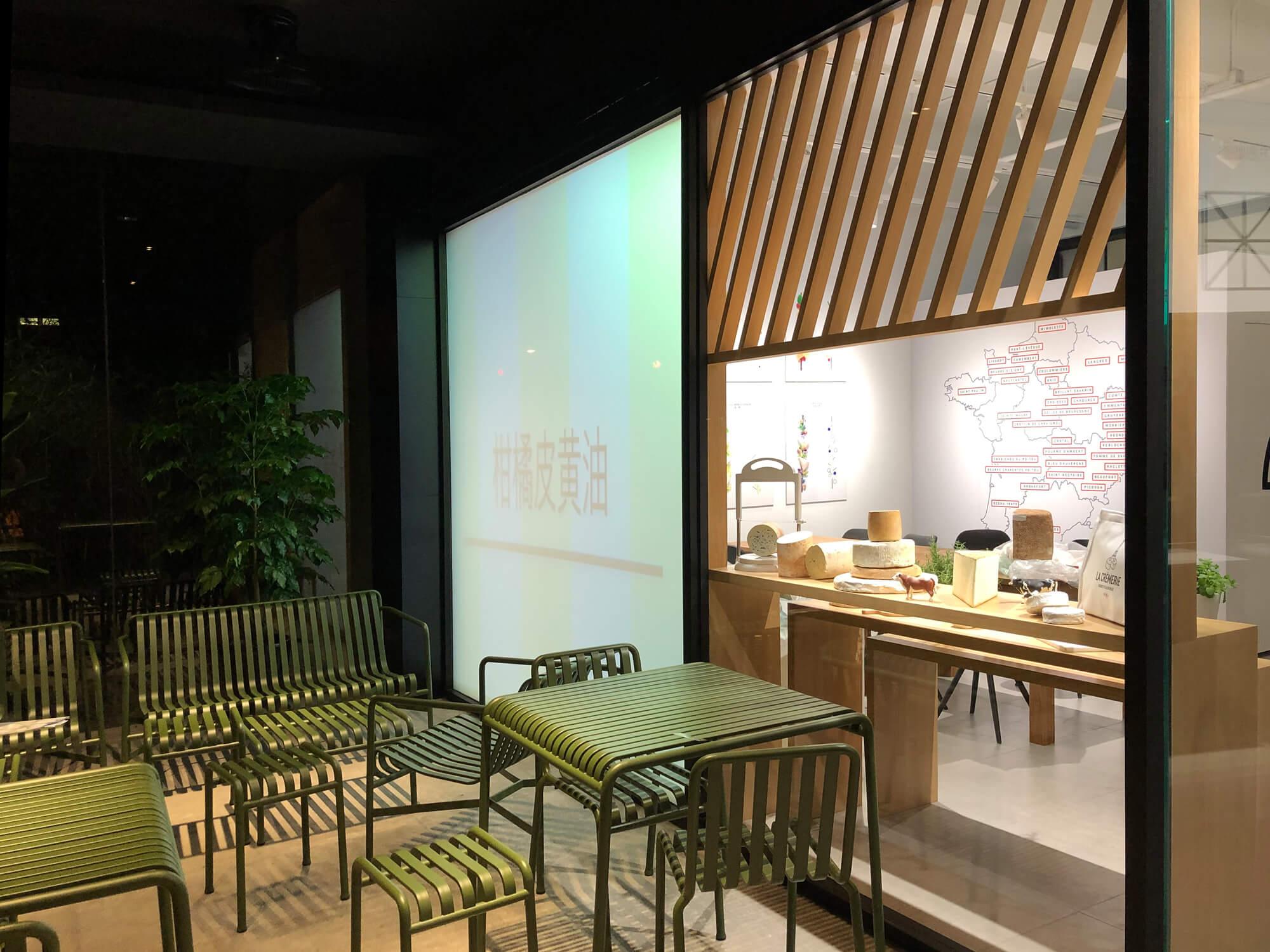 Terrasse du concept store la cremerie a shanghai avec un mobilier dessiné par les frères bouroullec pour la marque Hay