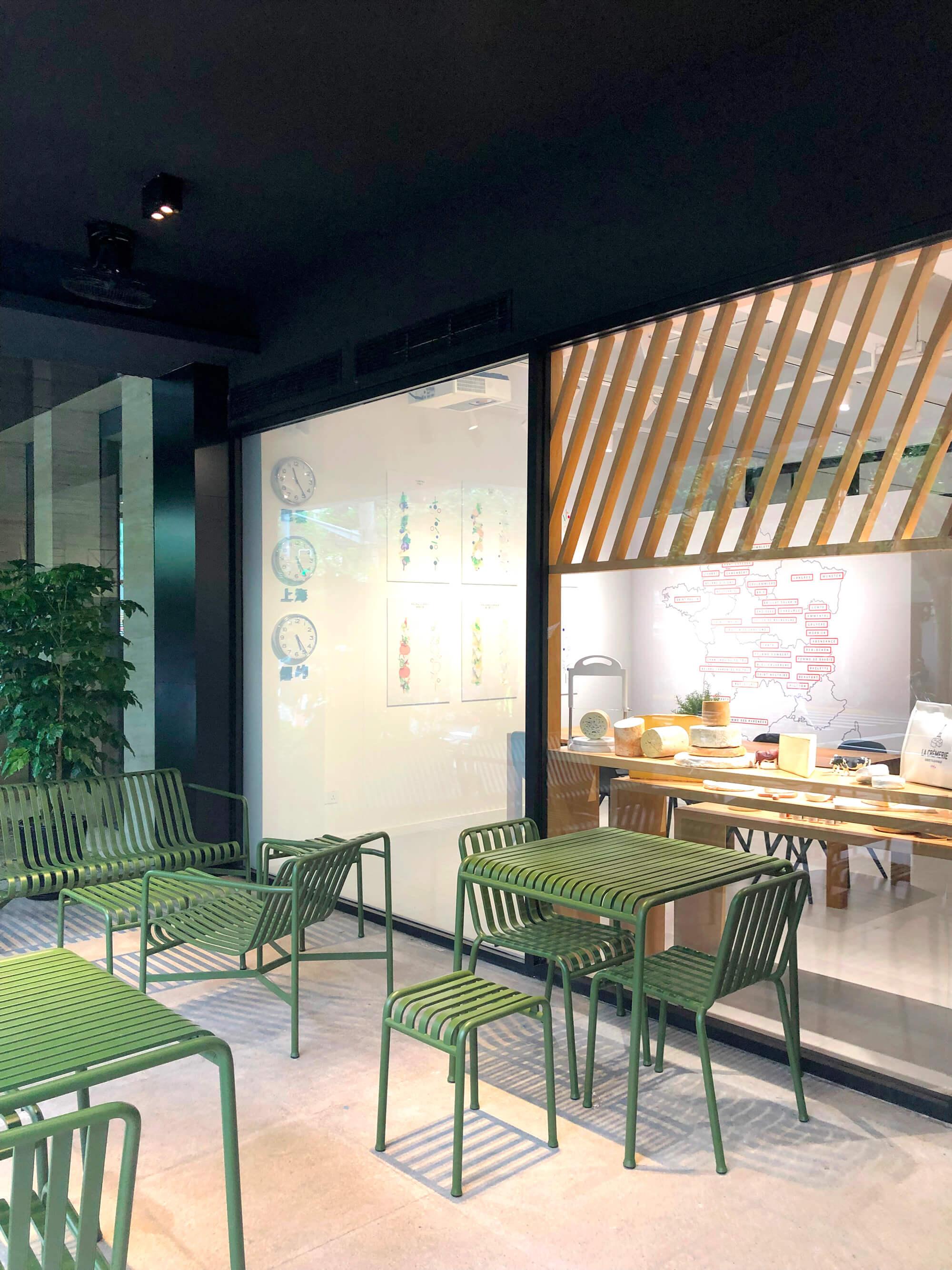 le mobilier Hay dessiné par les frères breton bouroullec choisit par IchetKar pour la terrasse du concept store la cremerie a Shanghai