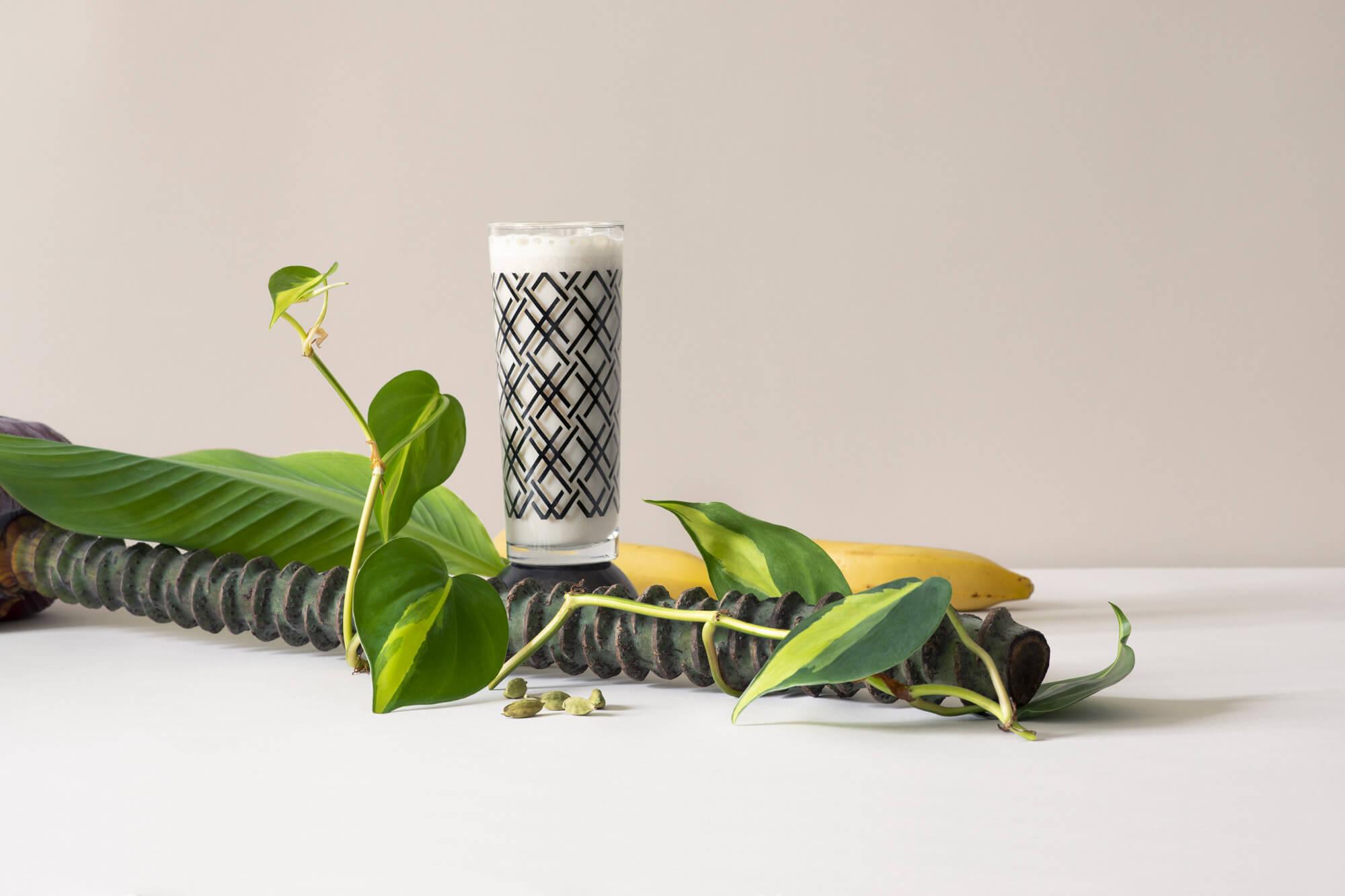 photographie culinaire autour du lait infusé banane-cardamome, composition minimaliste et direction artistique par le studio Ich&Kar pour la milkfactory