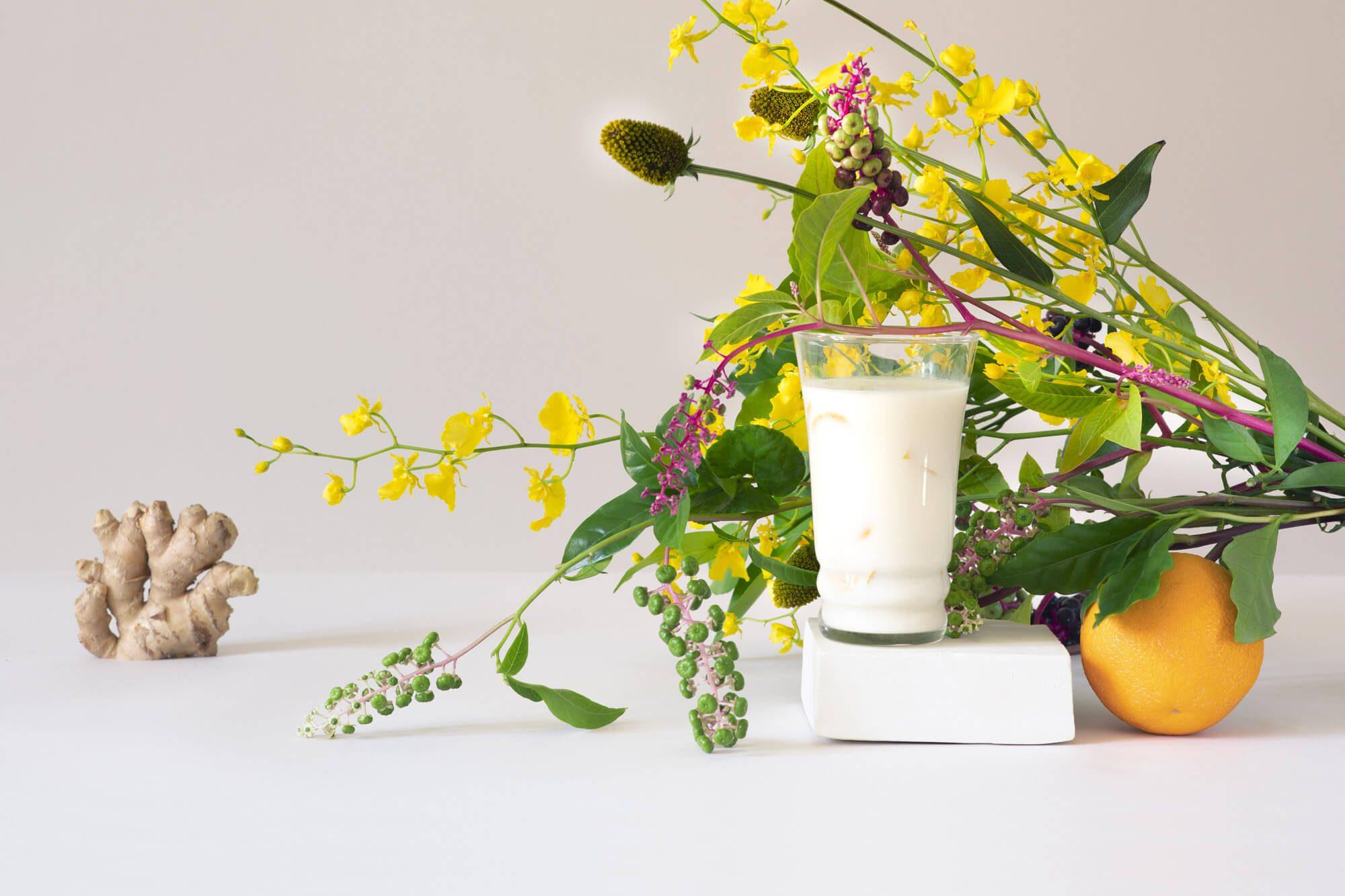 photographie minimaliste, lait, gingembre, fleurs et orange, en studio par la photographe Virginie Perocheau, direction artistique Helena Ichbiah pour la milkfactory