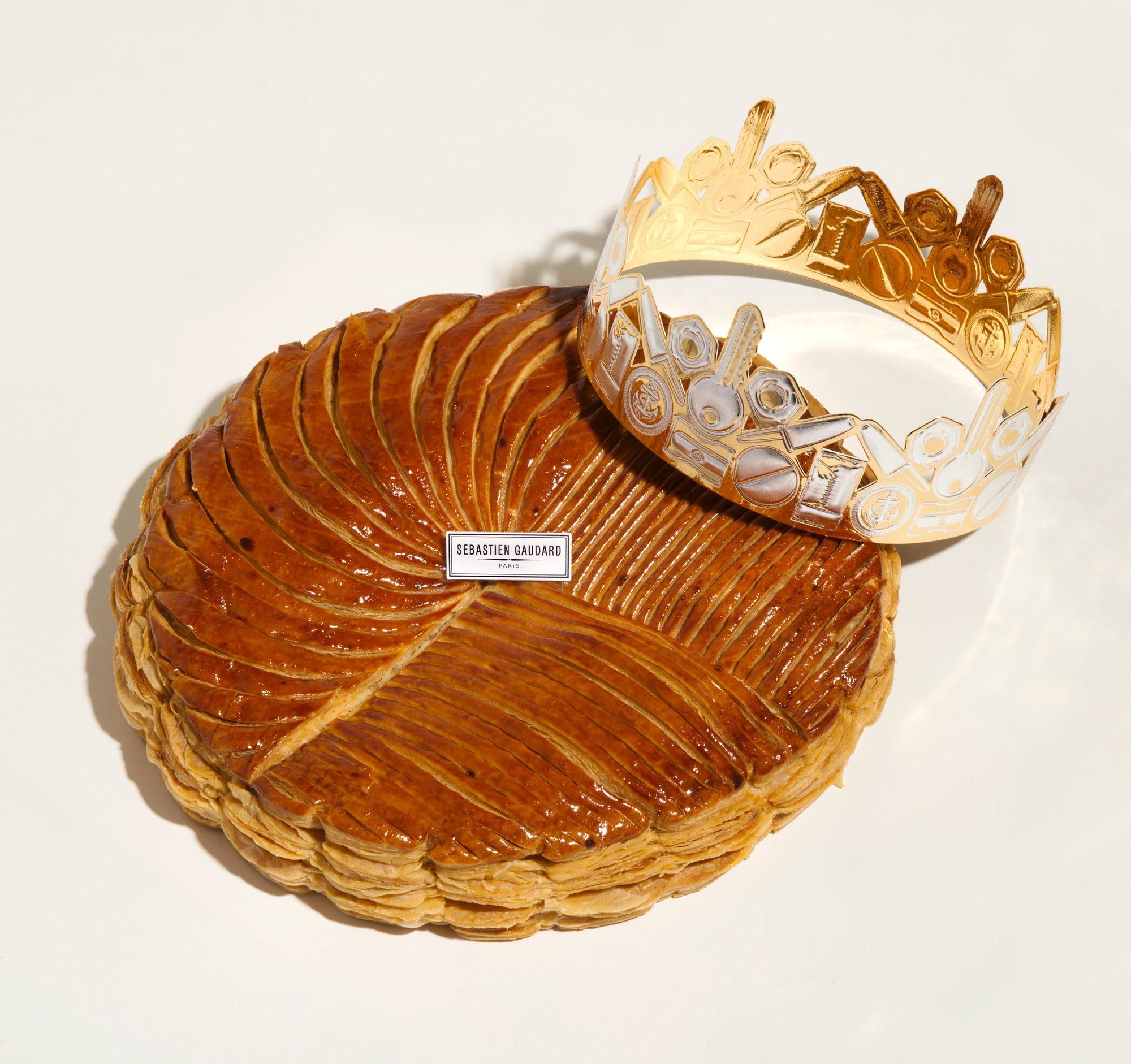 galette des rois SEBASTIEN GAUDARD avec une couronne assemblage d'objets du quotidiens par christine Phung dessinée par Ich&Kar