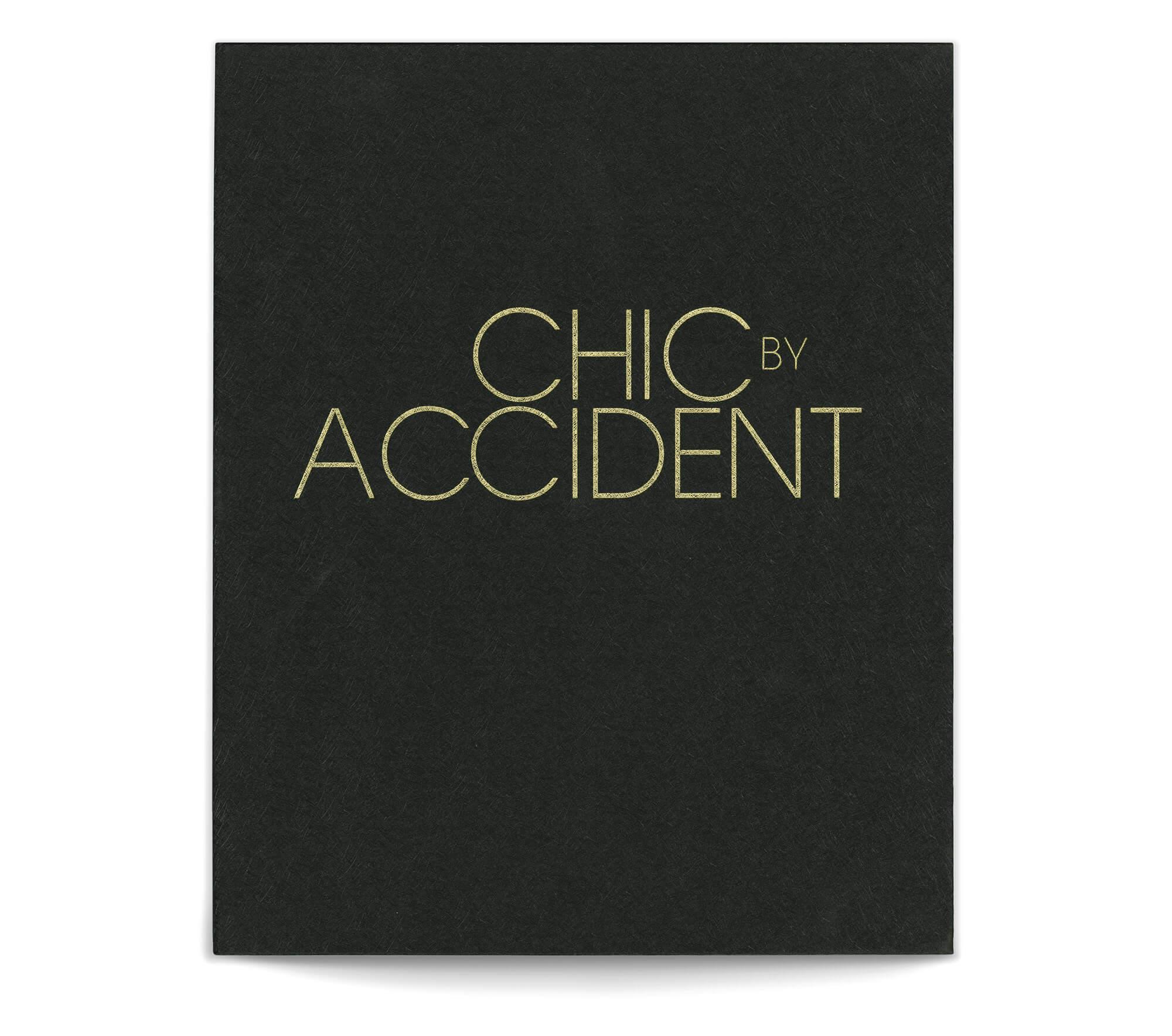 Le livre de Chic by accident se présente dans un coffret au papier texturé avec une dorure a chaud, design IchetKar