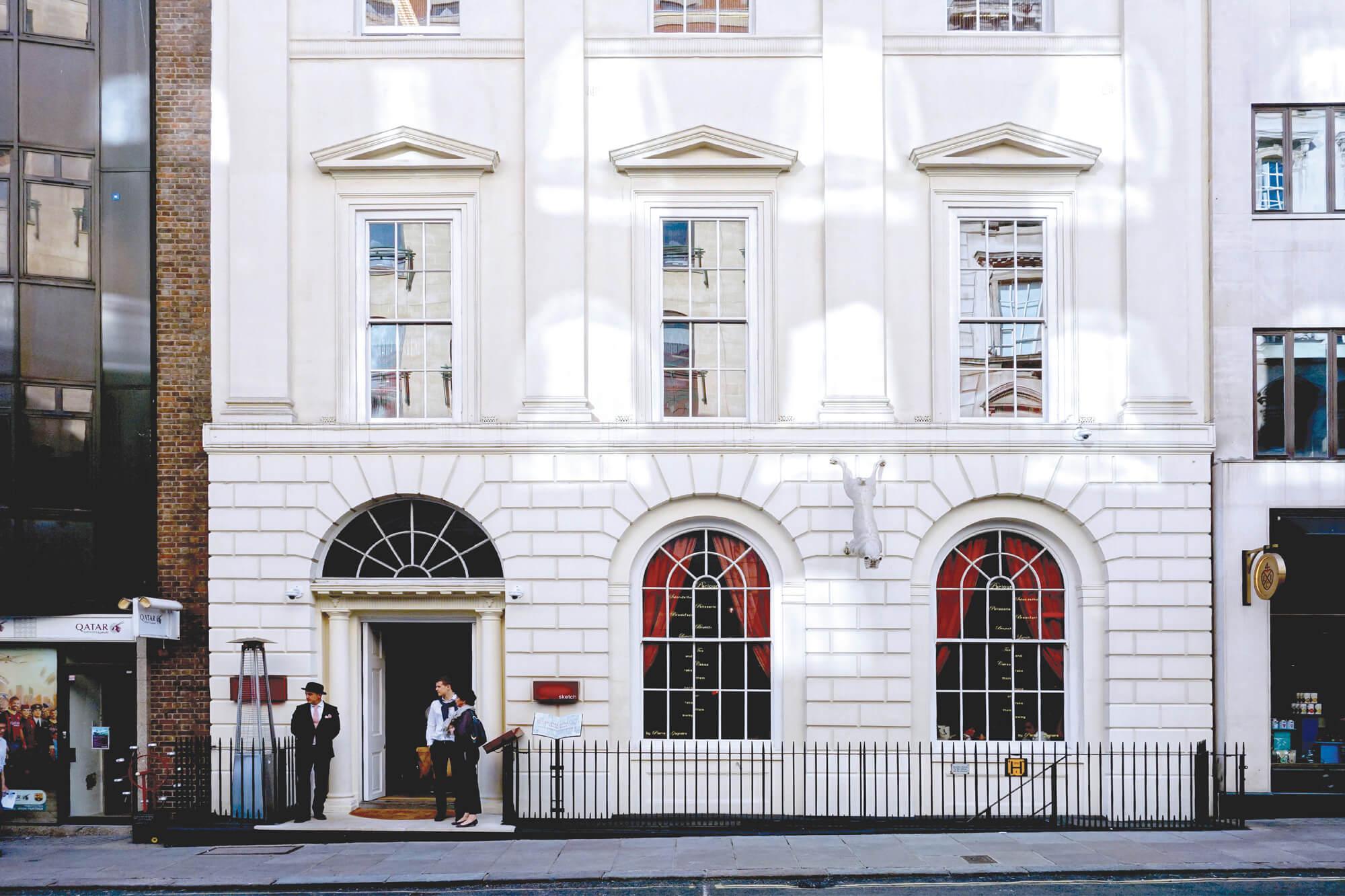 Photographie de la facade du restaurant Sketch à Londres situé au 9 conduit Street