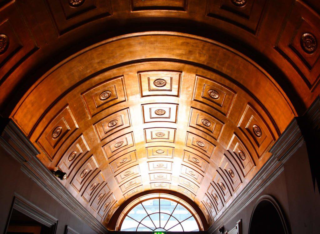 Photographie du plafond de l'entrée du restaurant Sketch à Londres, inspiration pour l'identité visuelle du restaurant, sketch branding design IchetKar