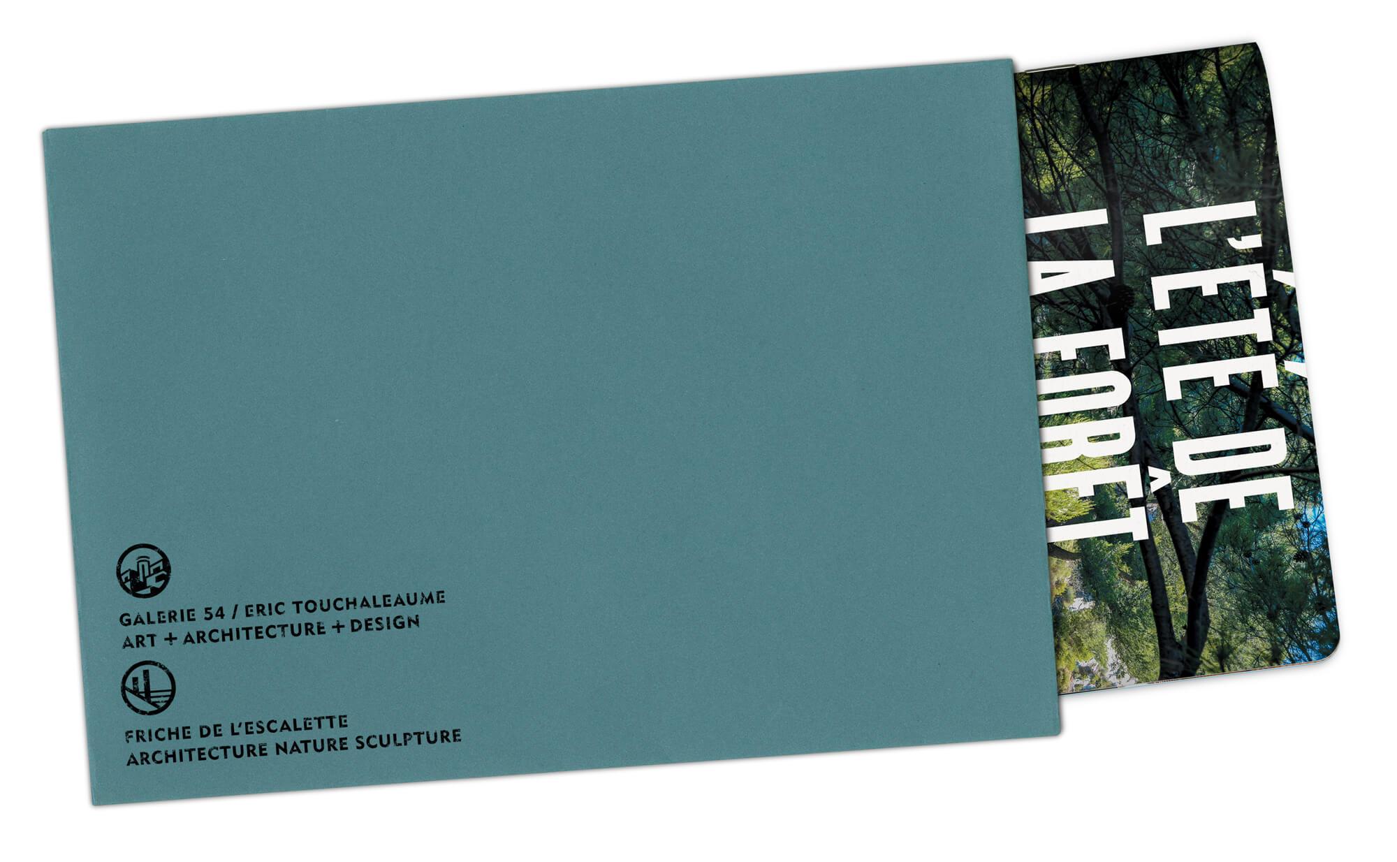 Le livret l'2té de la foret envoyé dans des enveloppe couleur bleu canard estamplillé Friche de l'Escalette et Galerie 54, direction artistique Ich&Kar