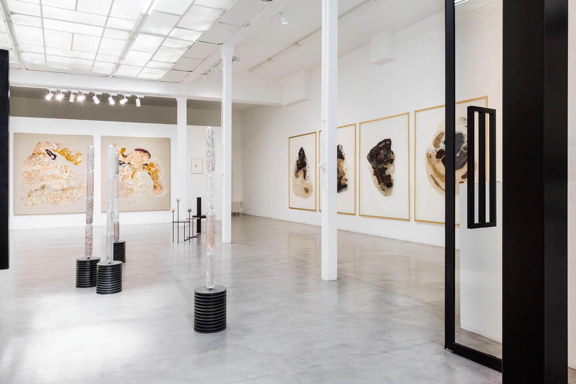 Entrée de l'exposition de Daniela Busarello à la galerie Mouvements Modernes.