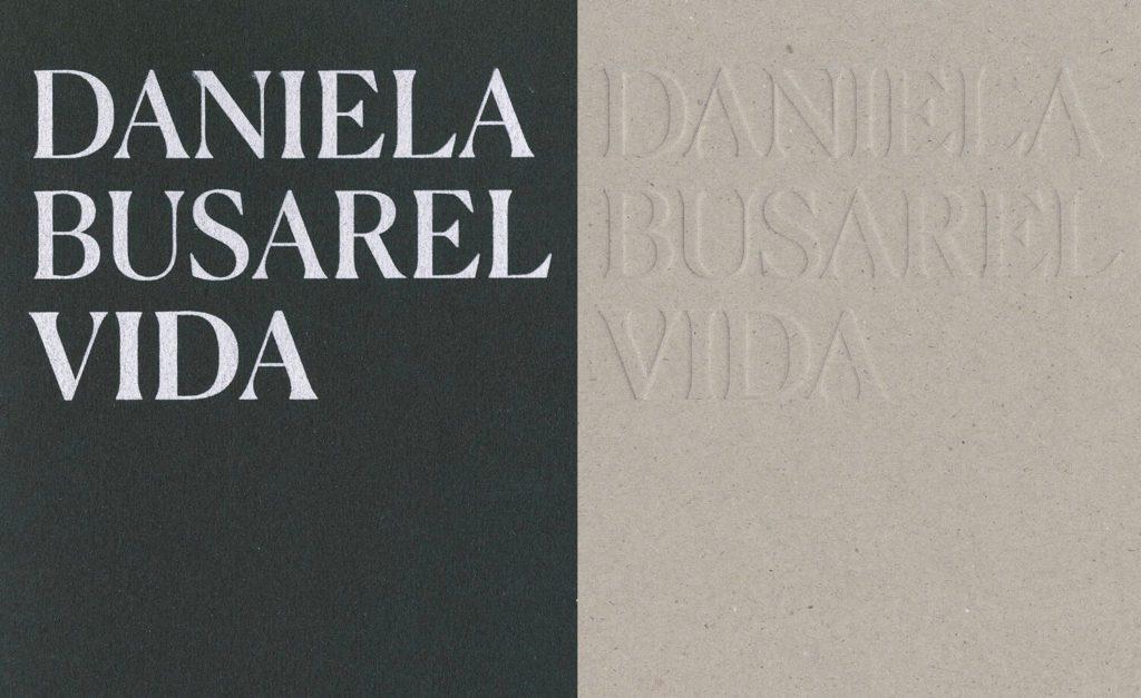 la couverture sérigraphie blanche du cahier photo et la couverture en volume du cahier œuvre du livre d'artiste de Daniela Busarello, design IchetKar