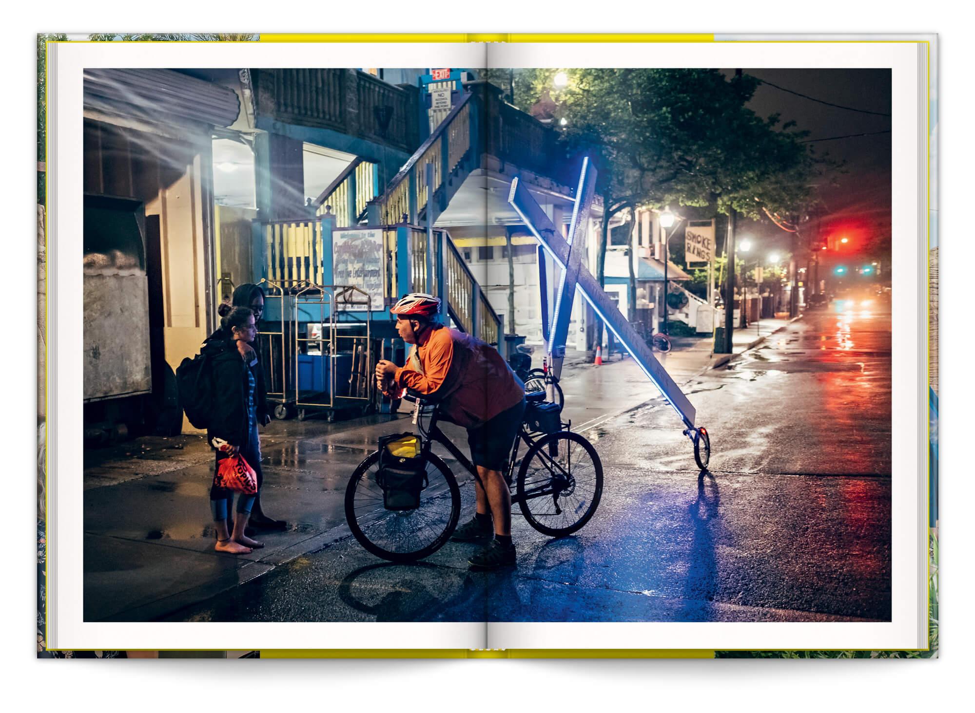 Photo du Cross Bike dans la nuit, issue de la serie du meme nom, edition Pyramyd et Revelatœr, design IchetKar