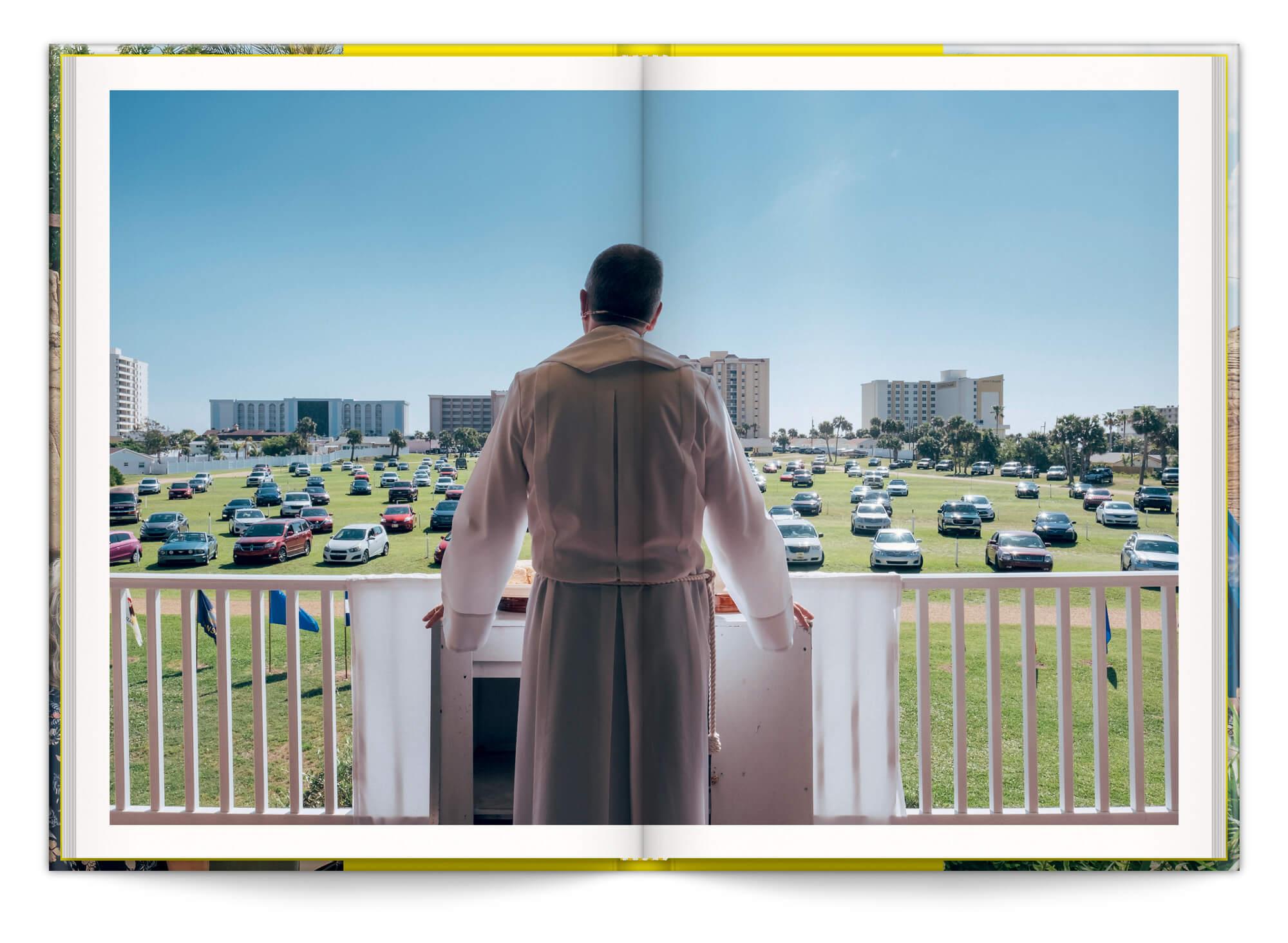 Photo de Cyril Abad en pleine cérémonie religieuse pour la serie Drive In, dans le livre In God We Trust, design IchetKar
