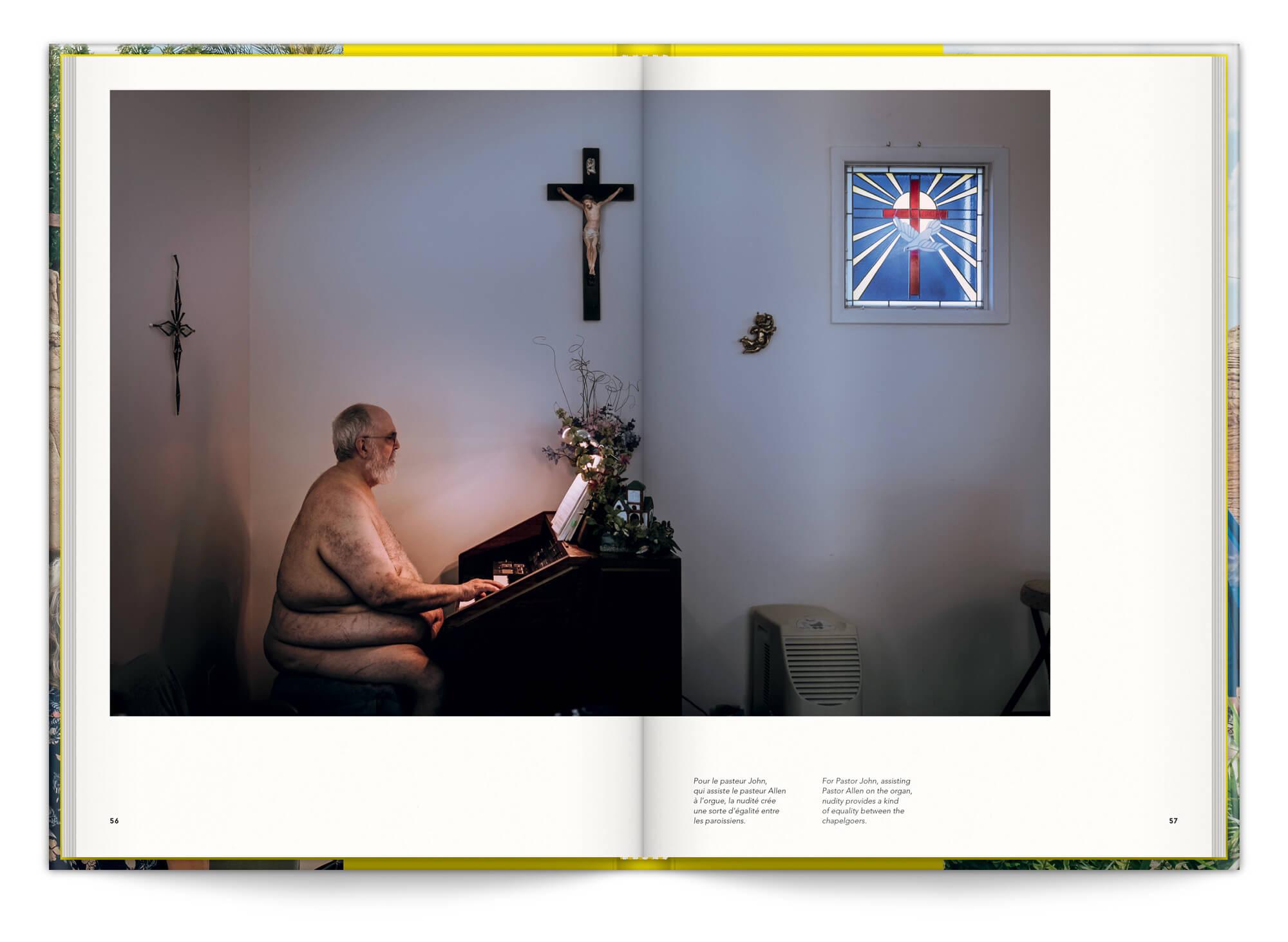 La série Naked Church de Cyril Abad photographie une communauté naturiste, design IchetKar